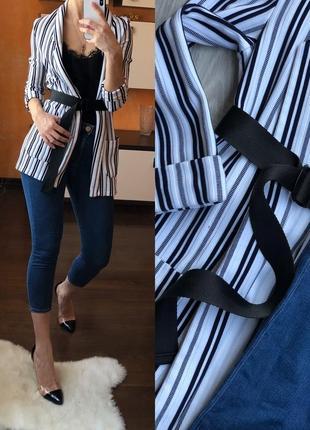 Пиджак с поясом и джинсы