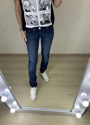 Прямые стрейчевые джинсы guess