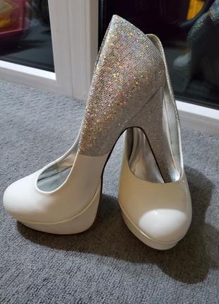 Срочно! продам белые туфли