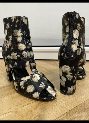 Туфлі ботіночкі чорні в квіти .розмір 39,стелка 25см
