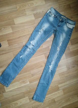 Стильные рваные джинсы с высокой посадкой весна