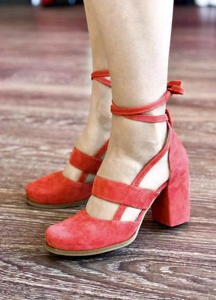 Эффектные натуральные женски туфли с завязками на удобном квадратном каблуке