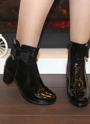 Стильные женские черные лаковые демисезонные ботильоны ботинки на каблуке с бантиком