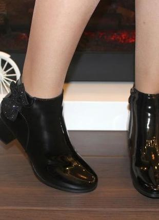 Женские короткие черные лаковые демисезонные ботинки ботильоны на каблуке с бантиком