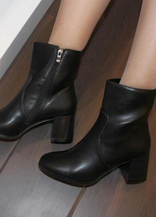 Женские черные класические демисезонные ботинки ботильоны на каблуке