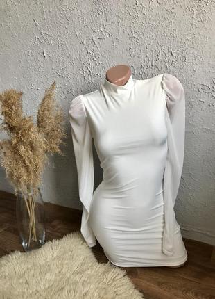 Белое мини платье с рукавами из органзы