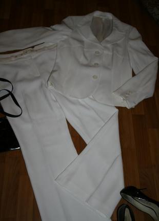 Элегантный классический белый брючный костюм идеального кроя с поясом