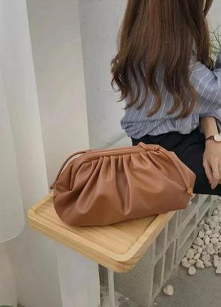 Сумка клатч в стиле bottega veneta pouch женская модная коричневая