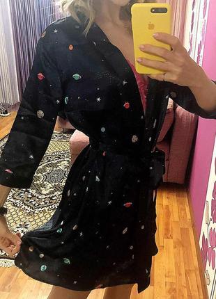Женский шелковый халат с модным  принтом планеты на запах.3 фото