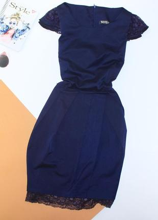 Красивое приталенное платье с юбкой на запах и ажурной вставкой