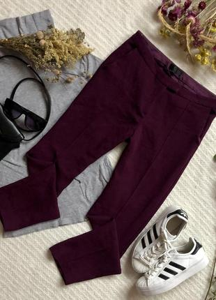 Классические зауженные брюки бордового цвета