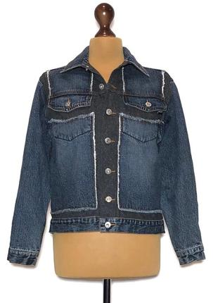 Очень крутая джинсовая курточка с логотипом бренда на спине