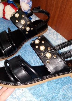 Женские сандалии босоножки на низком ходу с бусинами