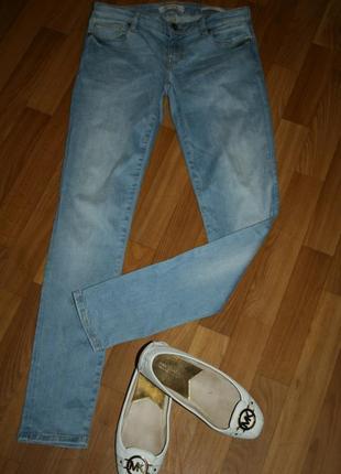 Дизайнерские светло-голубые джинсы скини с фирменной серебряной фурнитурой