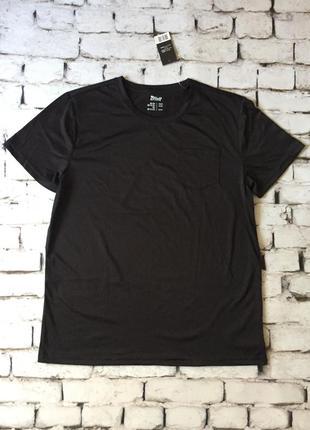 Спортивная футболка с нагрудным карманом черного цвета
