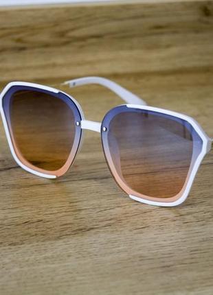 Оригинальные солнцезащитные очки белые