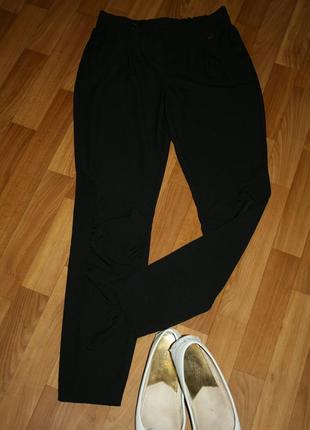 Стильные черные брюки джоггеры с зажимами на коленках и фирменной фурнитурой
