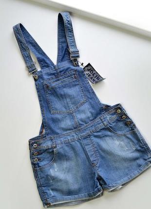 Крутой джинсовый комбинезон чс шортами и с рваностями