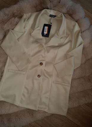 Бежевый удлинённый пиджак, жакет прямого кроя