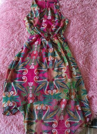 Яркое летнее платье без рукавов длинное сзали короткое впереди1 фото