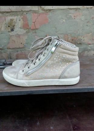 Стильные спортивные ботинки