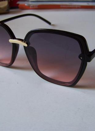 Крупные черные очки-бабочки с дымчатой линзой серо-розовый градиент2 фото