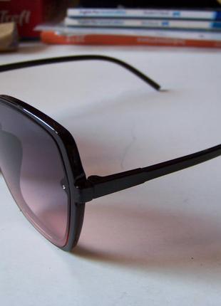 Крупные черные очки-бабочки с дымчатой линзой серо-розовый градиент5 фото