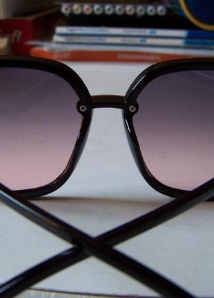 Крупные черные очки-бабочки с дымчатой линзой серо-розовый градиент8 фото