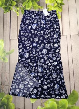 Цветочная макси юбка с разрезами по бокам синяя вискоза