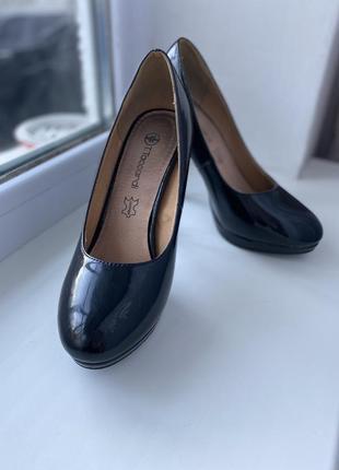 Класичні чорні лаковані туфлі
