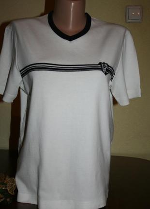 Стильная базовая футболка с логотипом