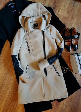 Класичне бежеве зі шкіряними вставками і капішоном пальто