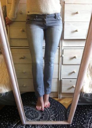 Крутые скинни джинсы skinny серые с пикантной вышивкой на бедре fox uk10-12