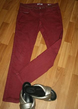 Дизайнерские джинсы с многочисленной фурнитурой цвет бордо