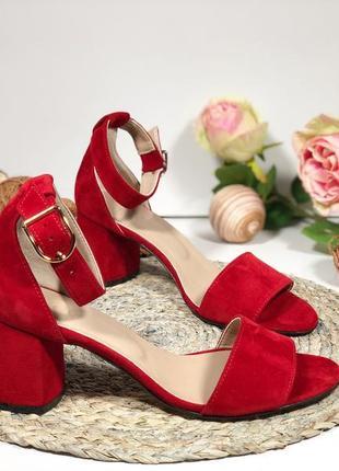 Босоножки красные из натуральной замши на каблуке 6 см