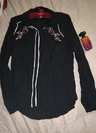 Фирменная  качественная блуза рубашка с вышивкой- s m