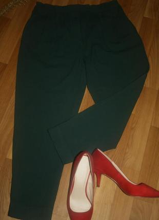Стильные изумрудного оттенка шерстяные брюки -джоггеры от cos