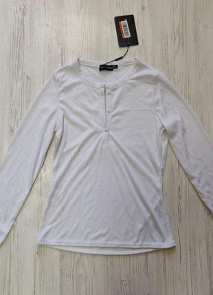 Белый джемпер в рубчик с пуговками