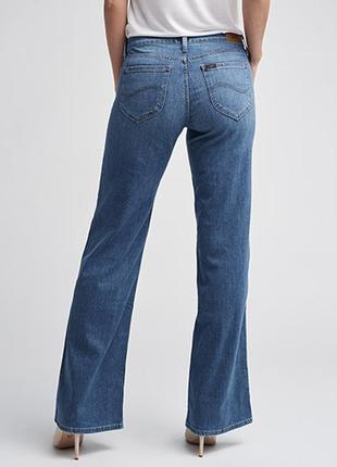 Голубые джинсы клеш от бедра