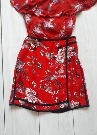 Трендовая красная юбка на запах в цветочный принт