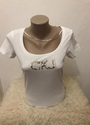 Очень стильная женская футболка calvin klein jeans. оригинал.