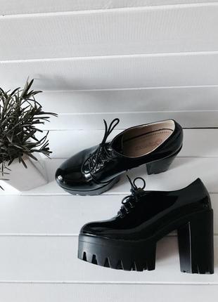 Черные ботинки туфли ботильоны на каблуке со шнуровкой лаковые размер 36