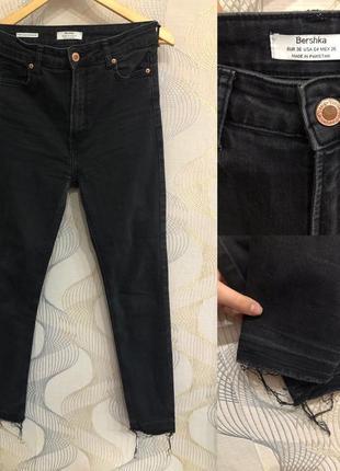 Черные джинсы с завышенной талией