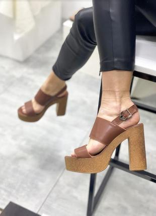 Кожаные коричневые босоножки на каблуке