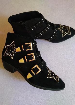Стильные замшевые ботинки-казаки с пряжками
