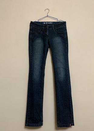Темные классические джинсы