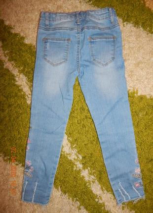 Джинсы штаны укорочены  с вышивкой