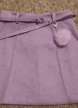 Теплая розовая юбка с помпоном и поясом