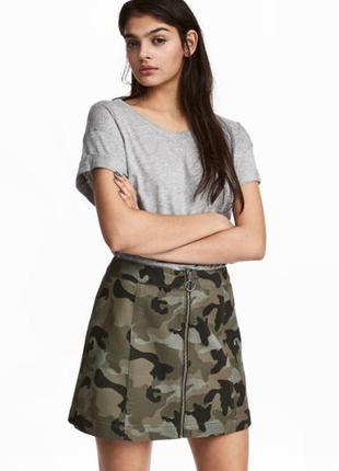 Джинсовая котоновая юбка-трапеция деним длины мини на молнии спереди комуфляжный принт