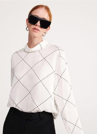Красивая блуза в узор с горлом reserved